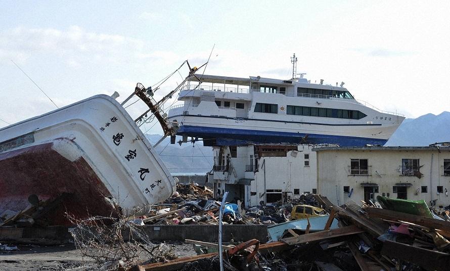 津波で打ち上げられた観光船が屋根にのった岩手県大槌町の建物Ⓒ毎日新聞社resize